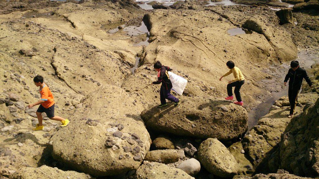 在港口部落舉行的「海──在路上:火堆論壇×在地體驗」活動。(取自森川里海網頁)